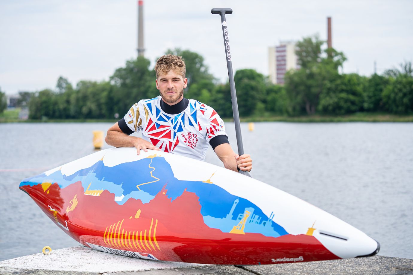 Lukáš Rohan představuje svou novou olympijskou loď.