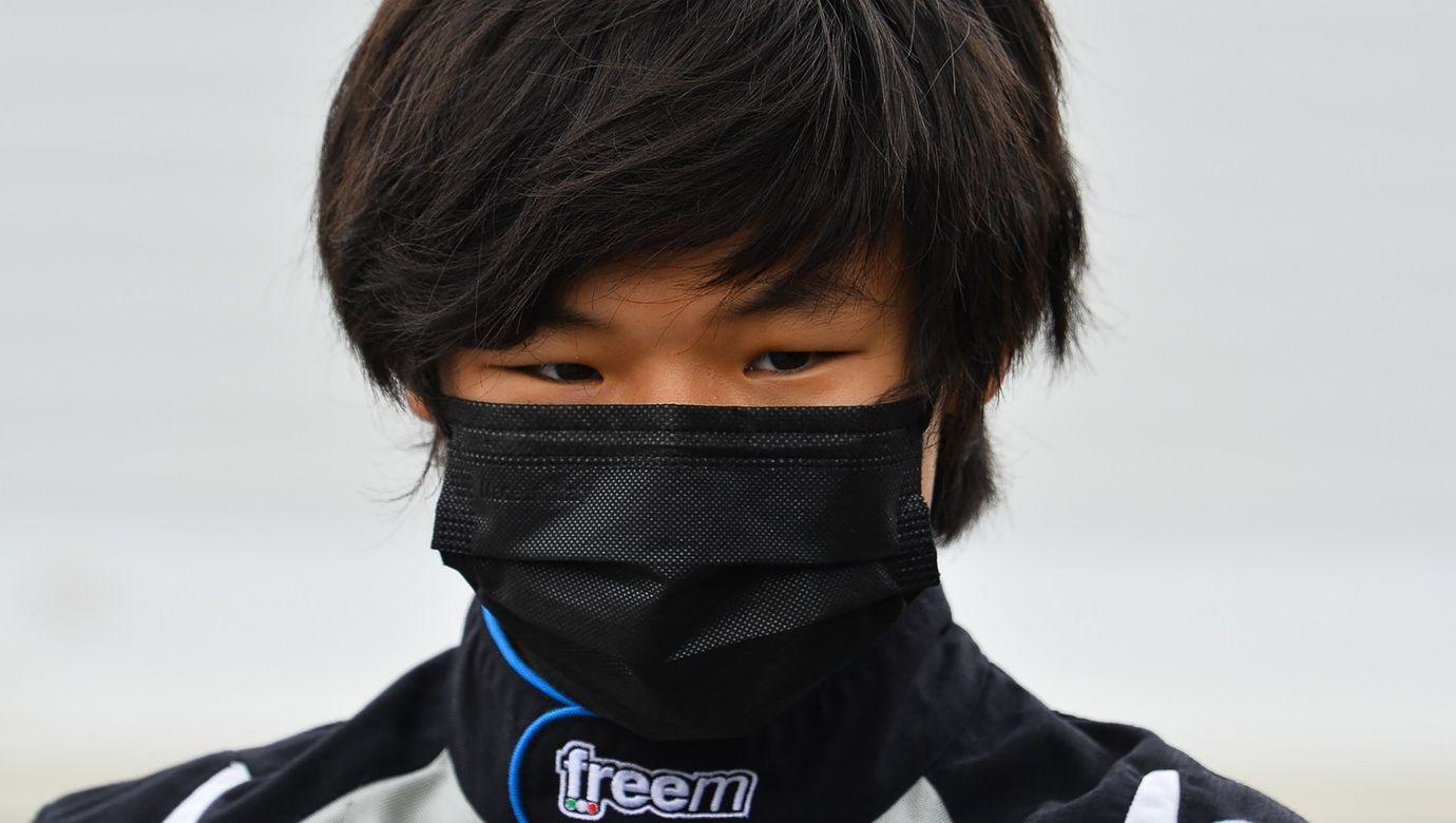 Čínský jezdec Yuanpu Cui s černou rouškou přes obličej.