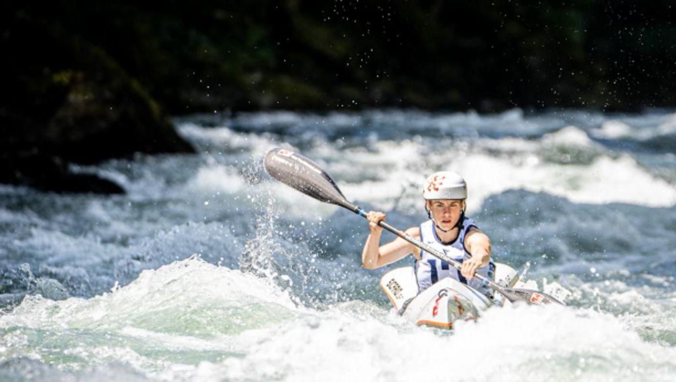 Zuzana Dziadková na lodi uprostřed divoké řeky.
