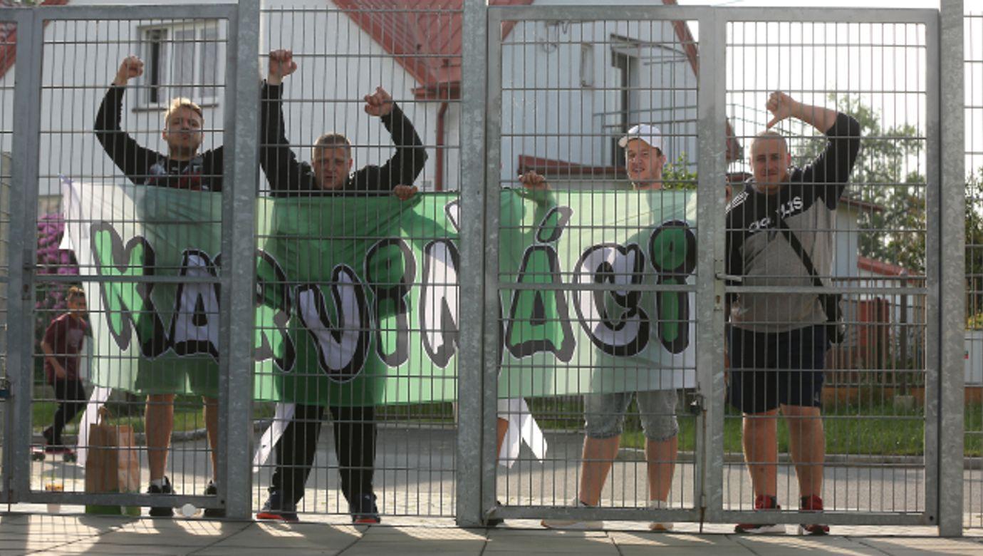 fotbaloví fanoušci MFK Karviná před stadionem---fotbalovi fanousci MFK Karvina pred stadionem, fotbalista, sportovec