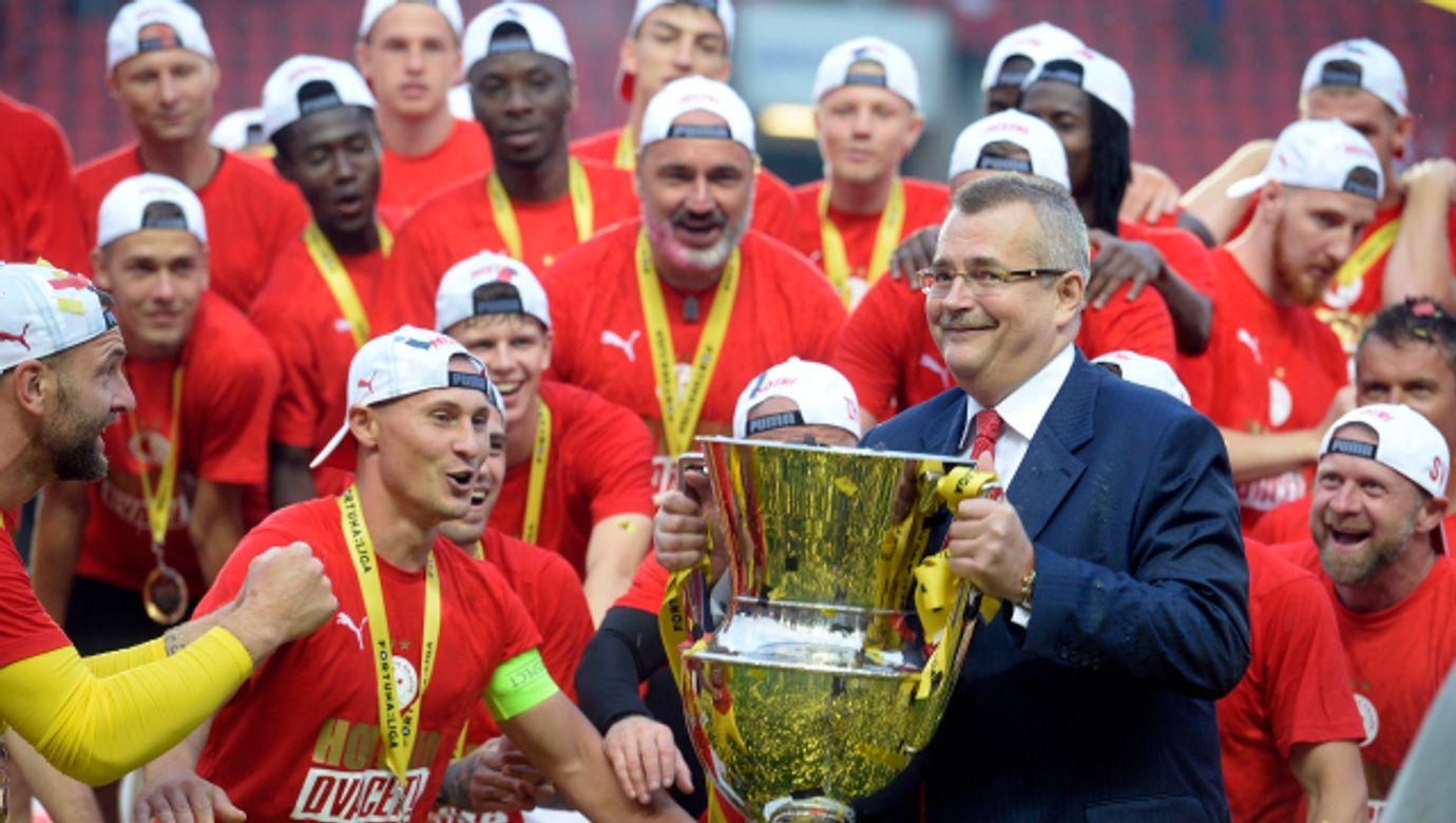 JAROSLAV TVRDÍK,Hráči Slavie slaví po zápase ligový titul---JAROSLAV TVRDIK,Hraci Slavie slavi po zapase ligovy titul