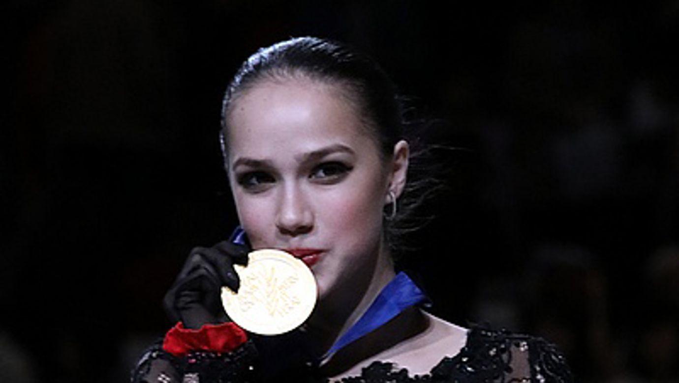 Alina_Zagitova_at_the_World_Championships_2019_-_Awarding_ceremony_03