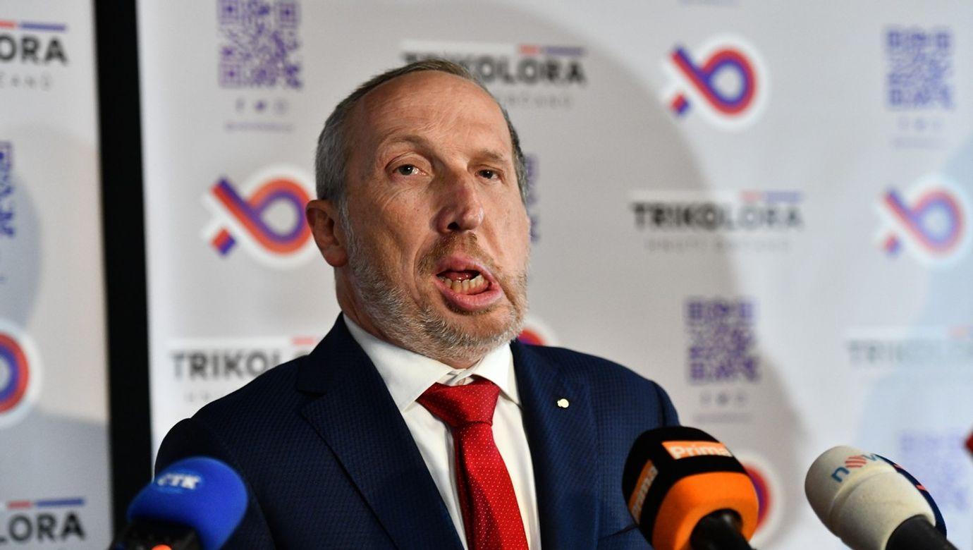 Václav Klaus mladší stojí před mikrofony novinářů.