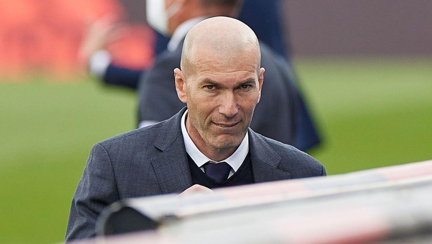 Bývalý trenér Realu Madrid Zinedine Zidane odchází ze hřiště směrem k lavičce.