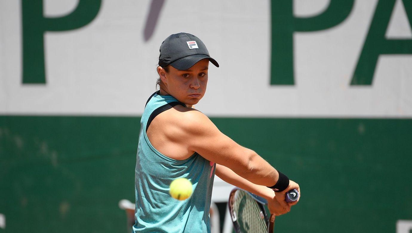 Tenistka Ashleigh Bartyová během tréninku zahrává obourušní bekhend.