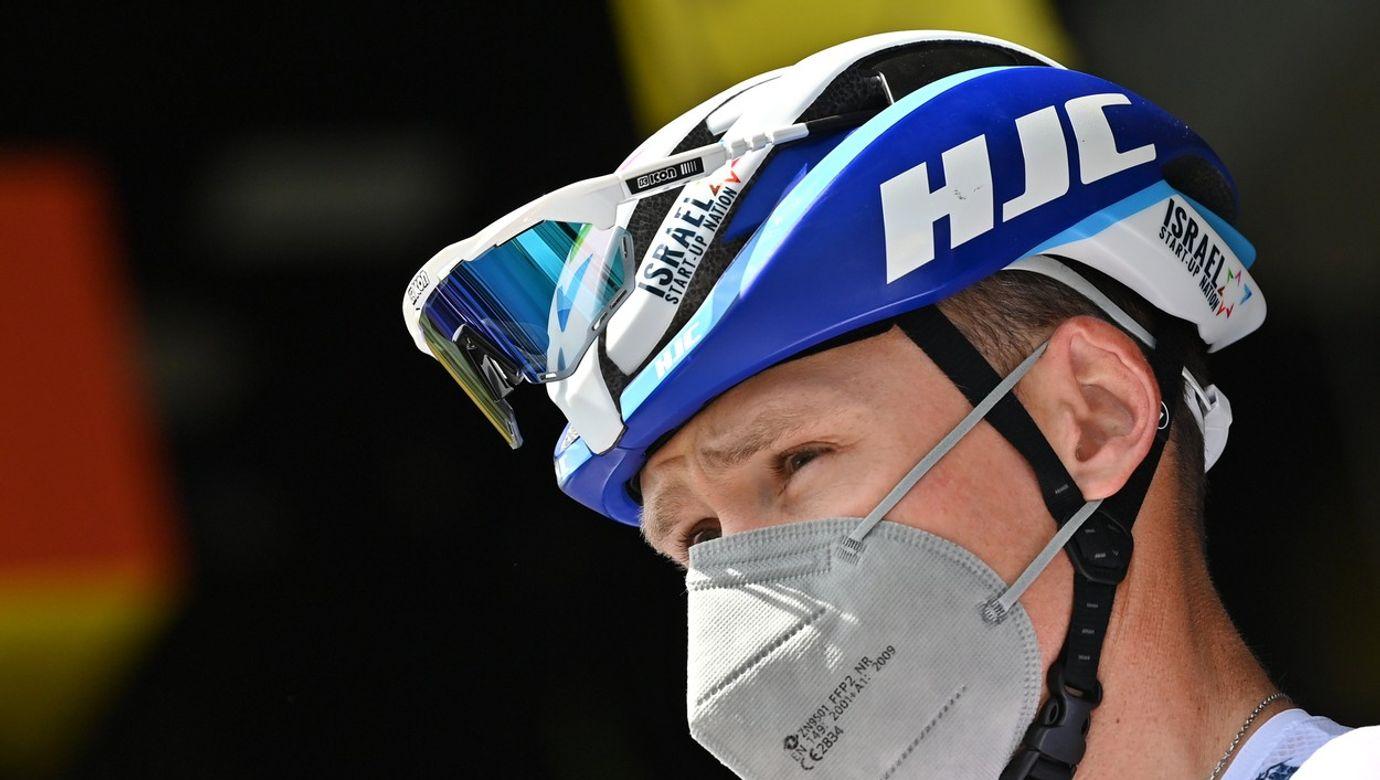 Portrét Chrise Frooma s helmou a respirátorem.