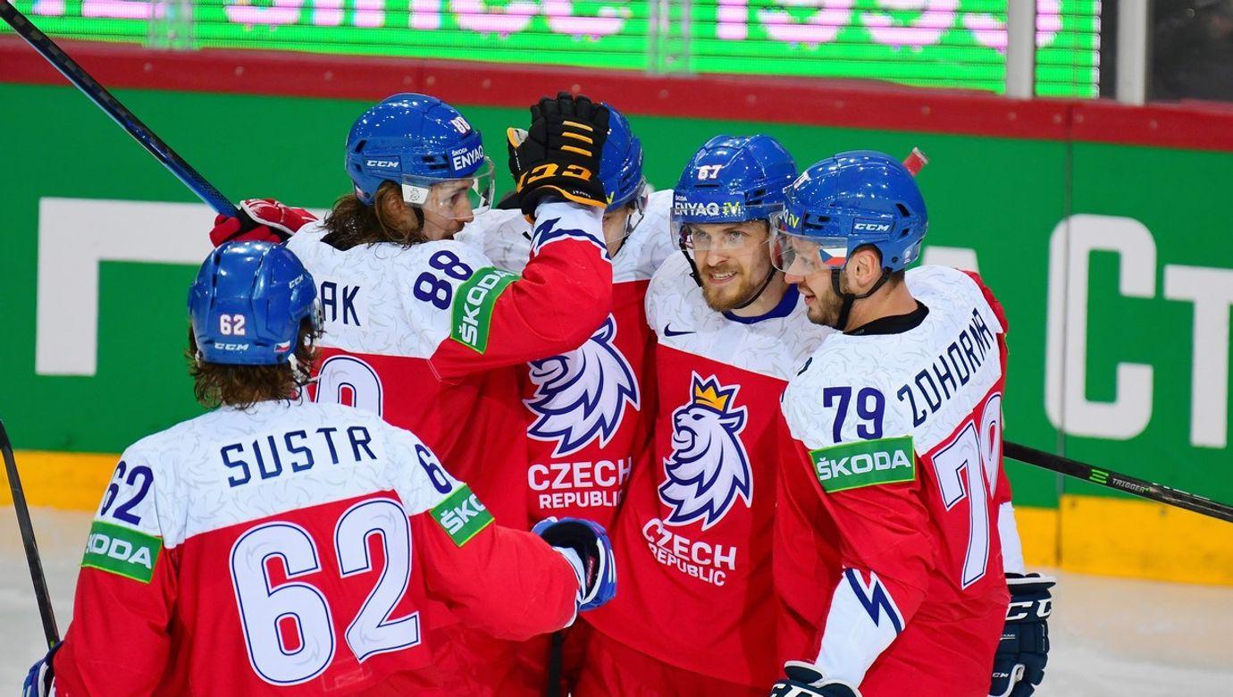 Pět českých hokejistů v červených dresech oslavuje vstřelení gólu.
