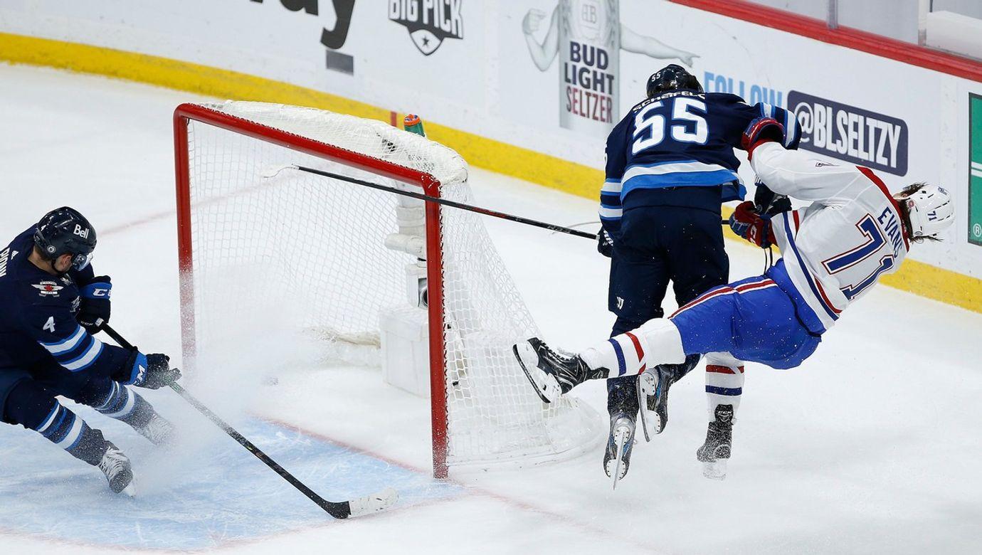 Mark Scheifel z Winnipegu sráží u branky ramenem Jakea Evanse z Montrealu.
