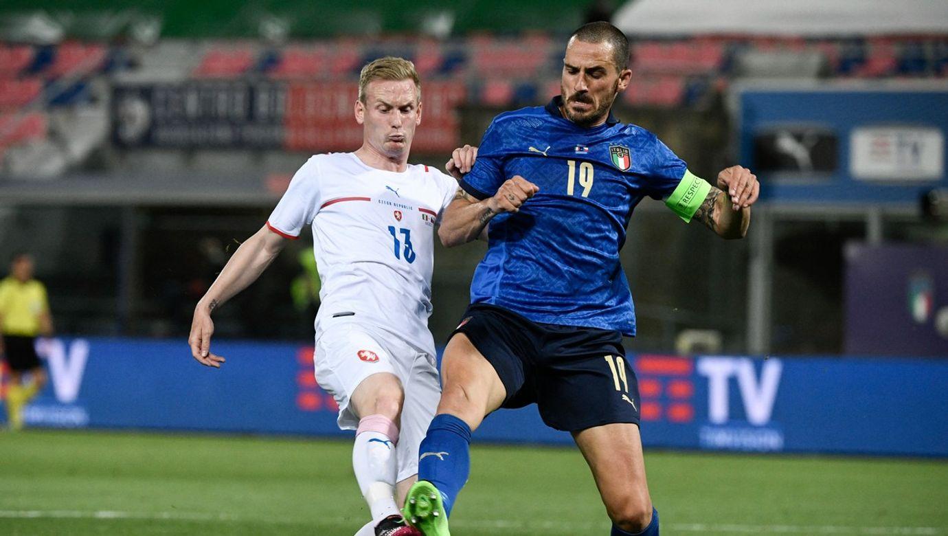 Petr Ševčík bojuje o míč s Leonardem Bonuccim.