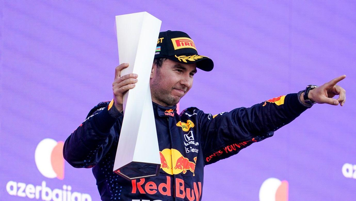 Pilot formule 1 Sergio Pérez drží trofej pro vítěze Velké ceny Ázerbájdžánu.