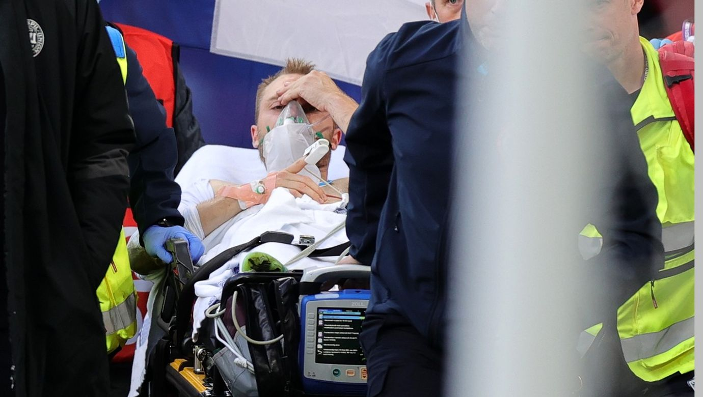 Christian Eriksen je odvážený na nosítkách, má nasazenou kyslíkovou masku.