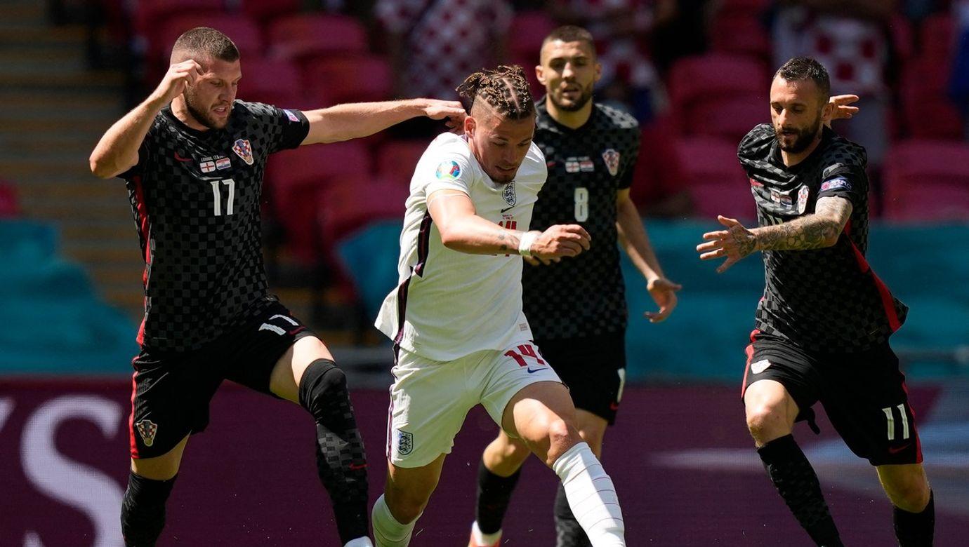 Anglický hráč probíhá mezi trojicí chorvatských fotbalistů.
