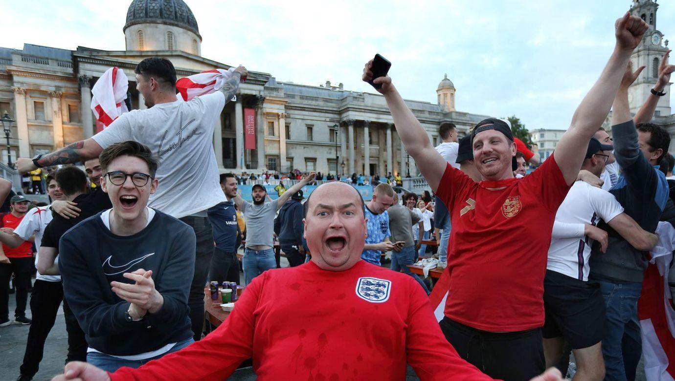 Fanoušci slaví v ulicích Londýna.