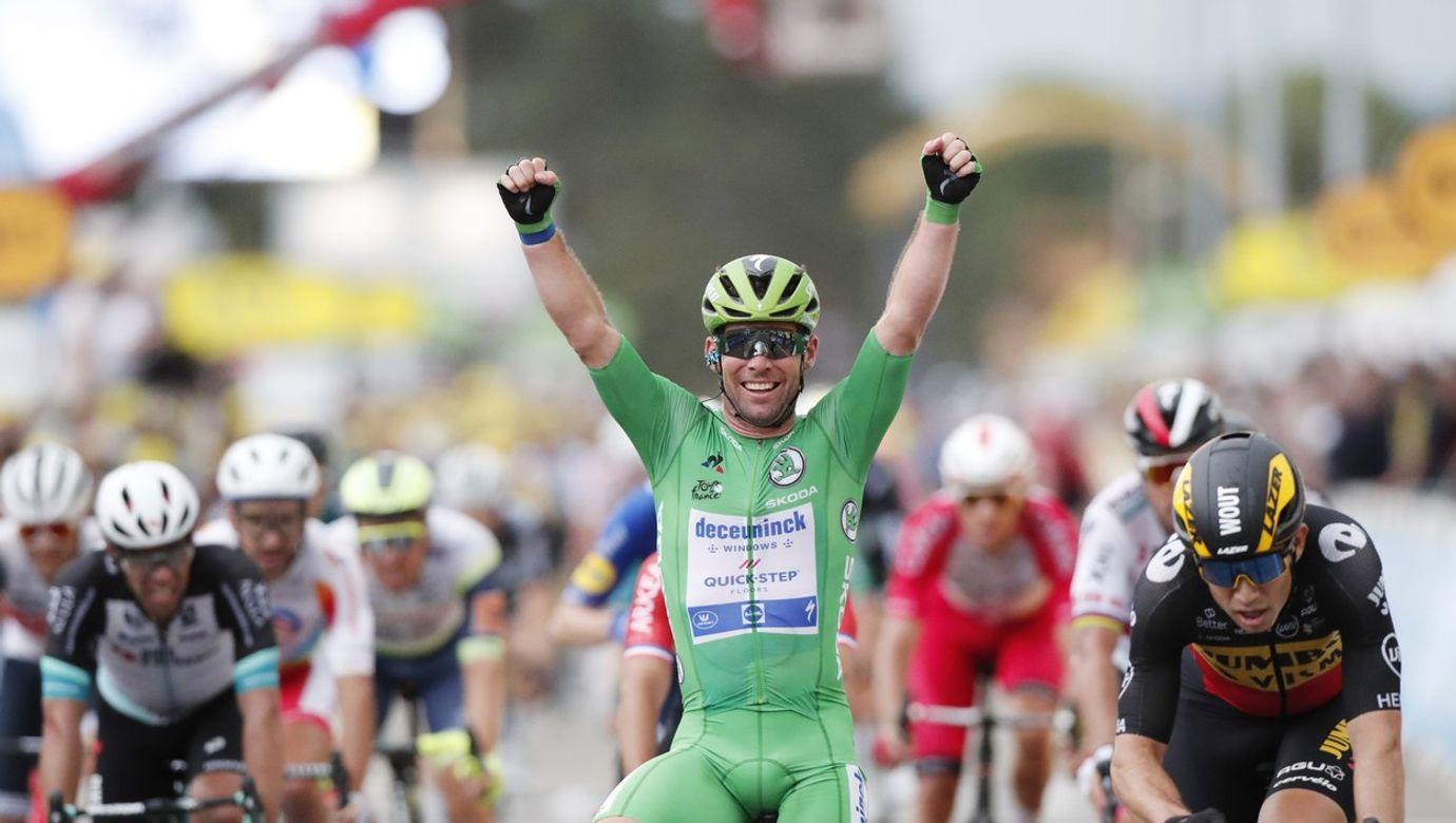 Mark Cavendish projíždí cílem pronásledovaný soupeři.