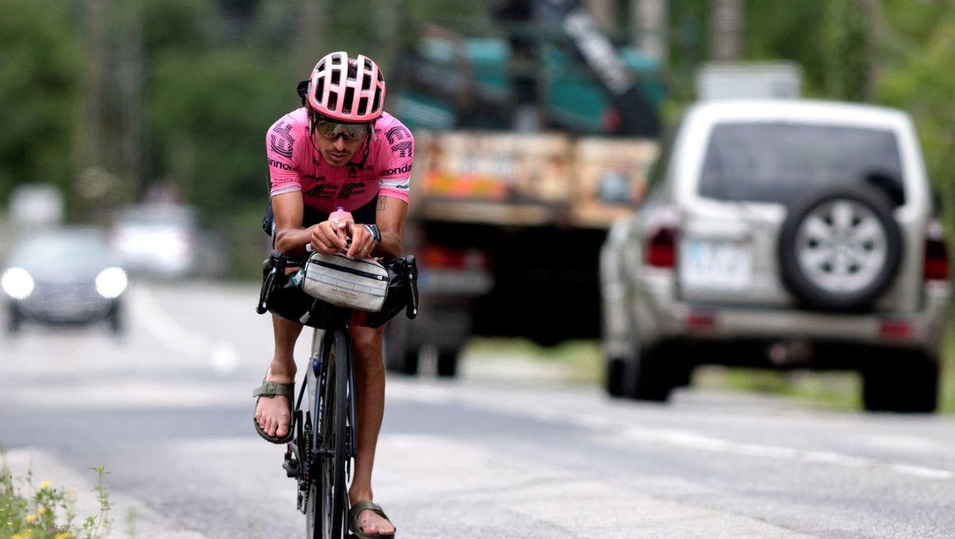 Lachlan Morton jede v sandálech na kole.