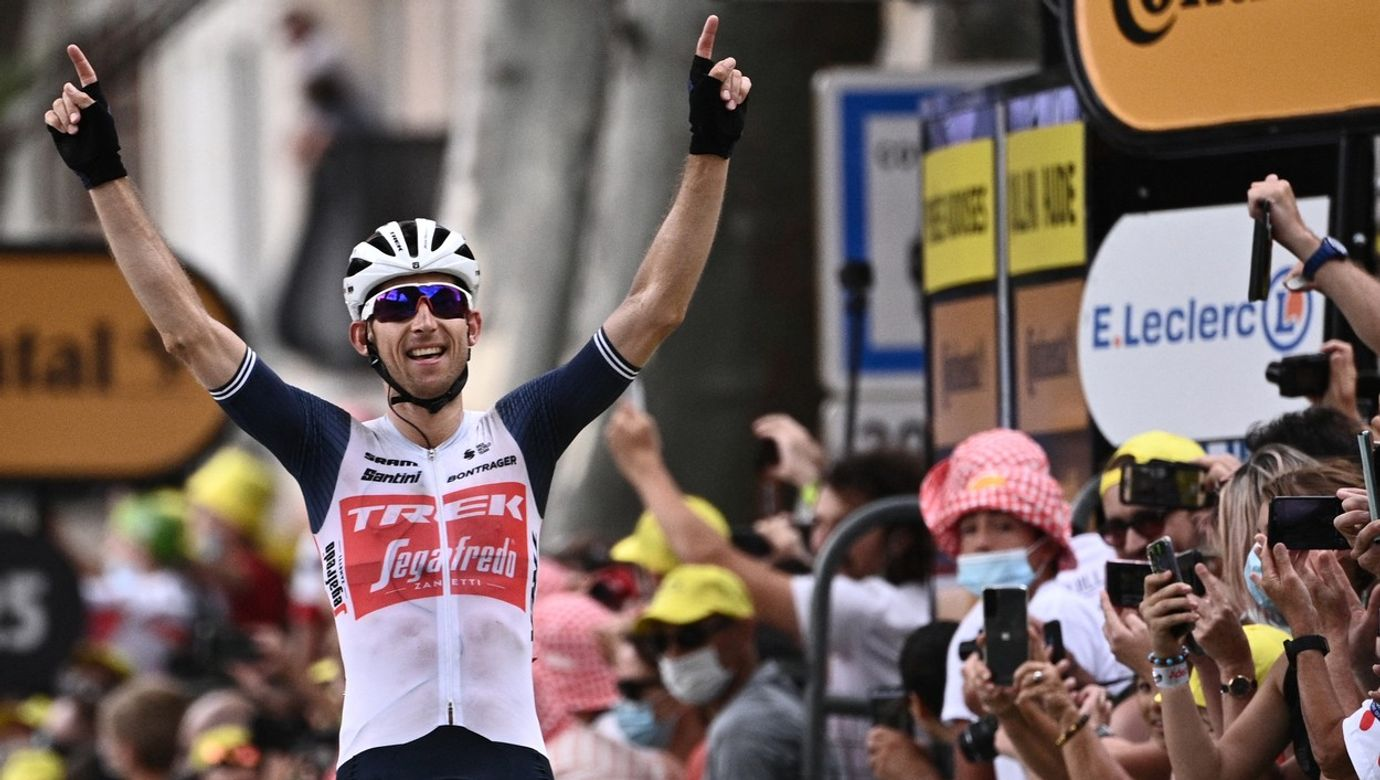 Bauke Mollema projíždí cílem 14. etapy Tour de France s rukama nad hlavou.