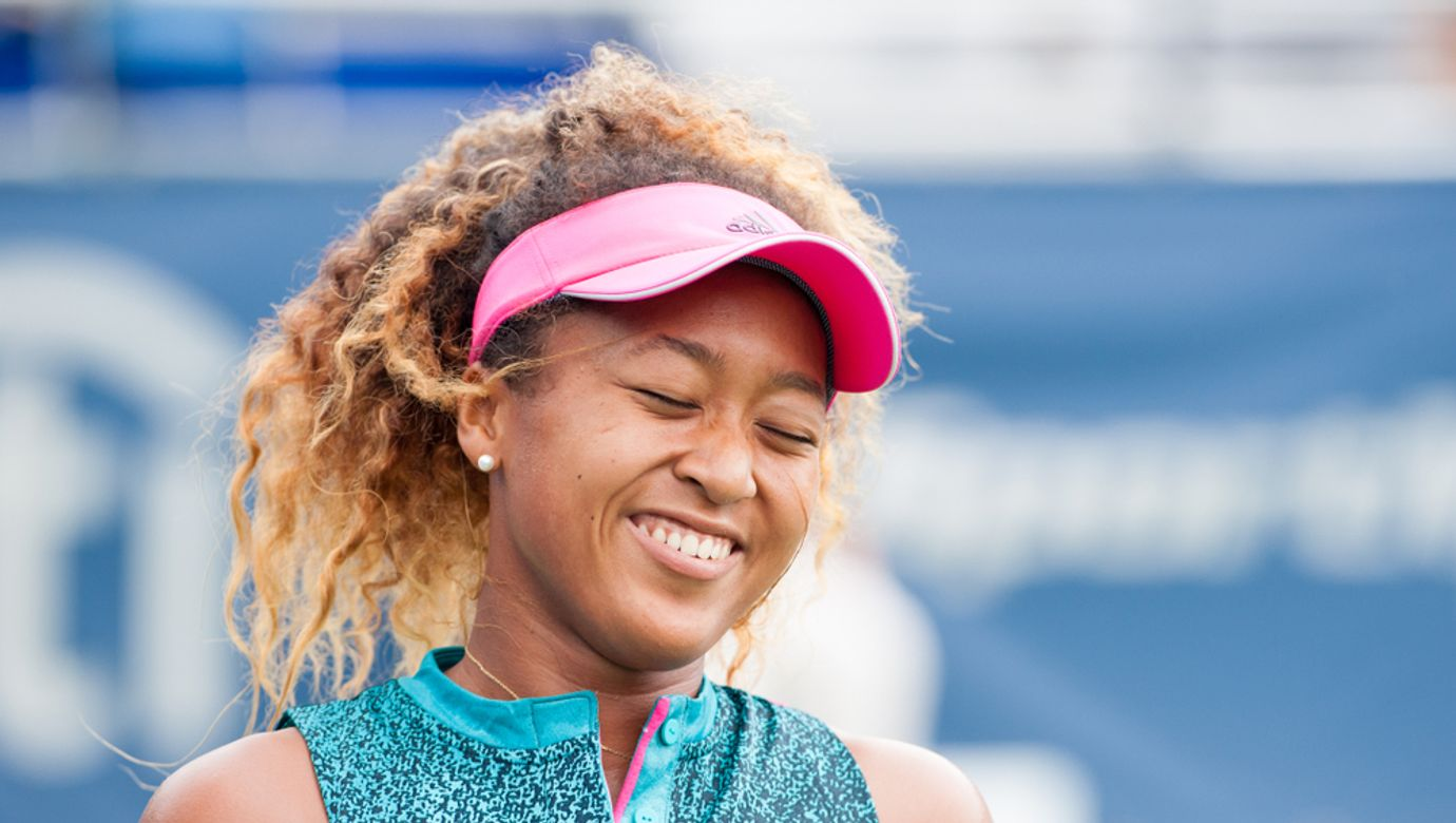 Tenistka Naomi Osakaová se usmívá.