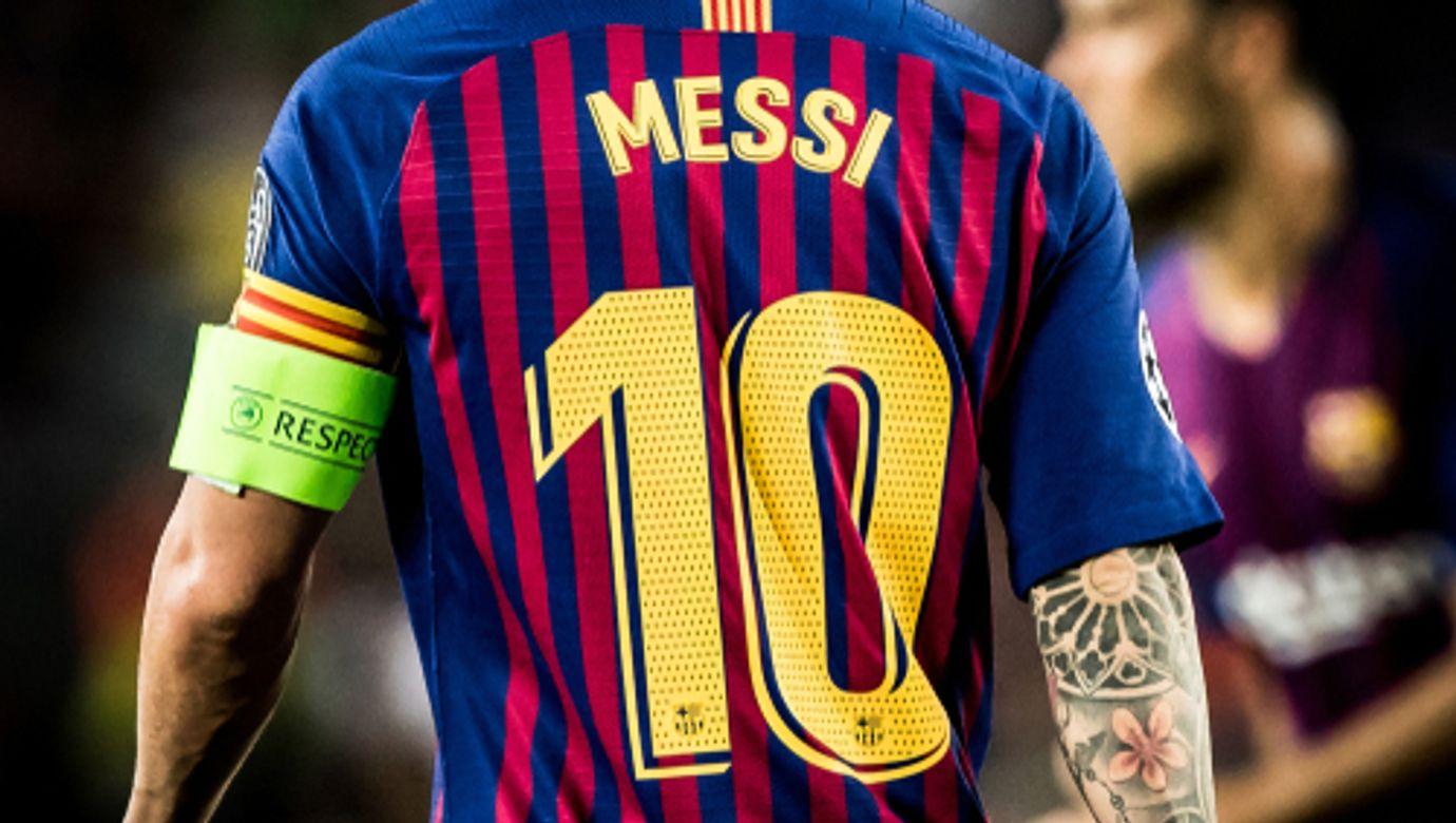 Lionel Messi stojící zády v dresu Barcelony s číslem deset.