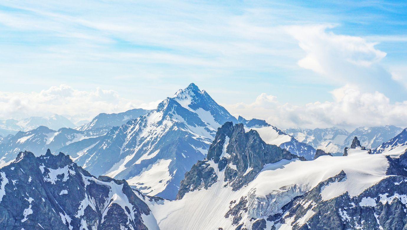 Zasněžené vrcholy hor.