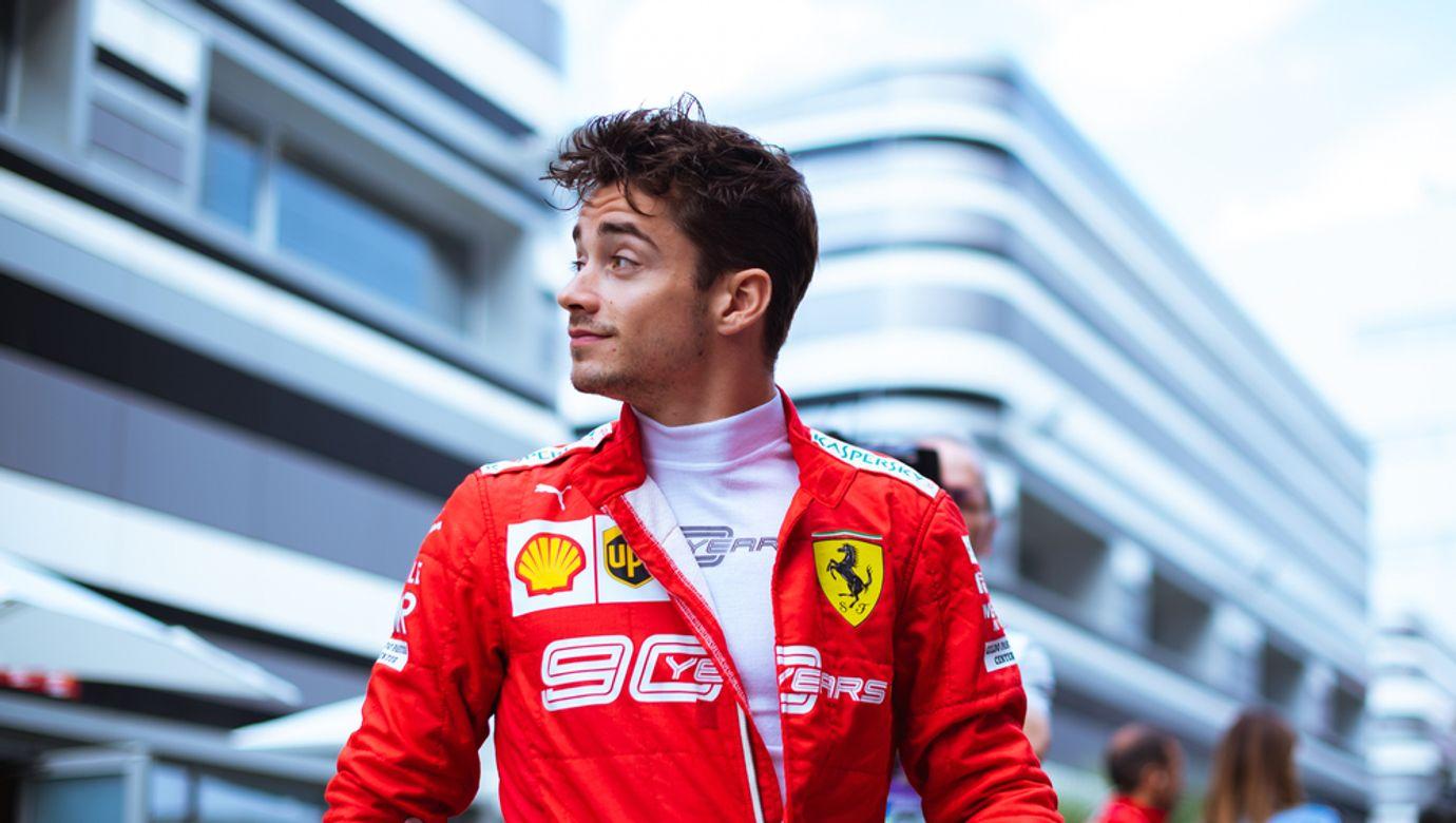 Charles Leclerc v červené kombinéze týmu Ferrari.