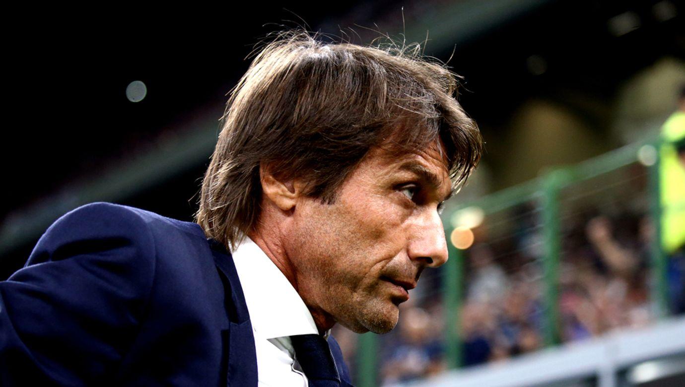 Zachmuřený Antonio Conte v modrém saku.
