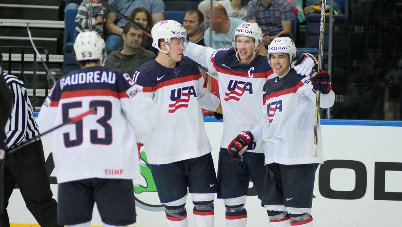 Američtí hokejisté se radují z gólu.