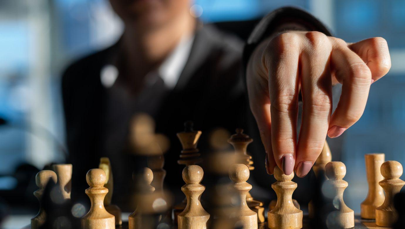 Šachovnice s bílými figurami.