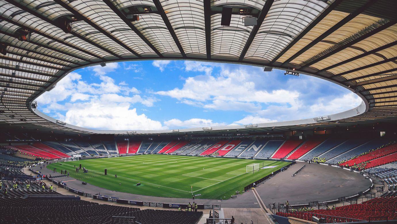Prázdné tribuny a trávník stadionu Hampden Park v Glasgow.