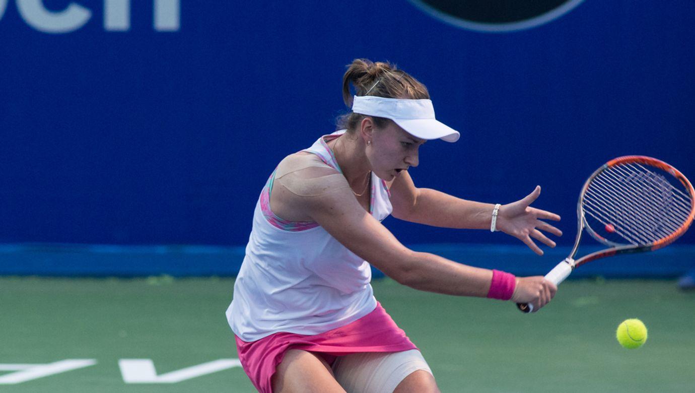 Tenistka Barbora Krejčíková odehrává bekhendem míček.