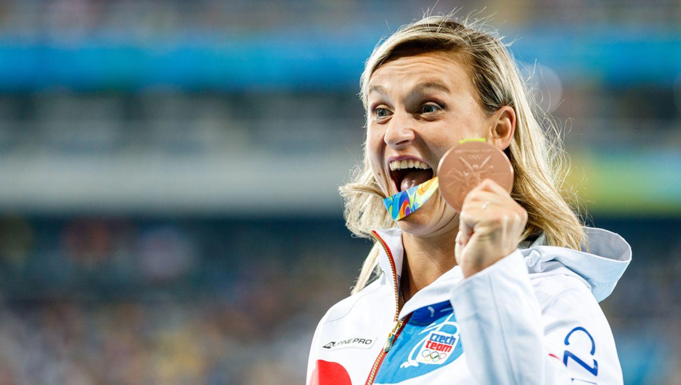 Barbora Špotáková se raduje s bronzovou olympijskou medailí v ruce.