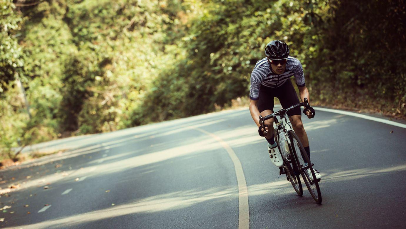 Osamocený cyklista na silničním kole.