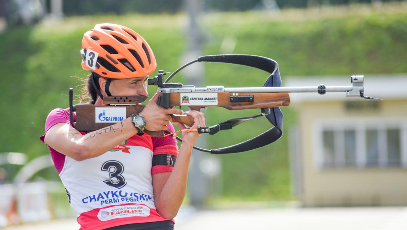 Biatlonistka na střelnici.