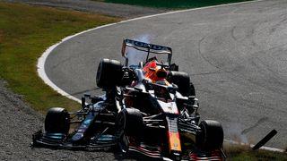 Bitva Hamiltona s Verstappenem: Havarují znovu!