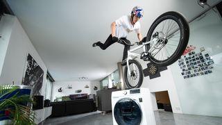 Biker Fabio Wibmer opět ohromuje svět. Domácí video je neuvěřitelné