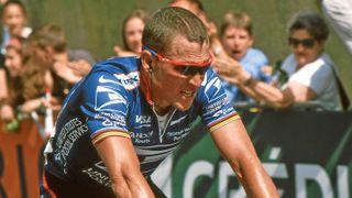 Lance Armstrong dopoval déle, než přiznal dříve. Jde si vážit jeho úspěchů?