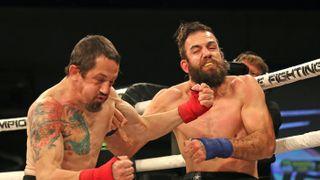 Boxer v umělém spánku. Doplatil na pátek třináctého