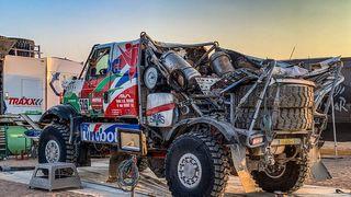 Kolama vzhůru. Havárie kamionu na Dakaru