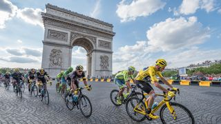 Cyklistický peloton čeká na proočkování
