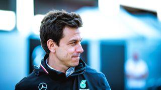Polarizující událost, vrací se šéf Mercedesu k havárii Hamiltona s Verstappenem