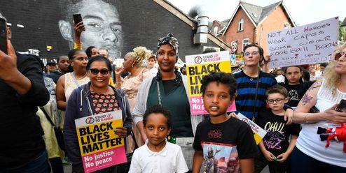 Lidé poklekají na podporu Marcuse Rashforda. Hnutí Black Lives Matter má nové poutní místo
