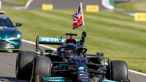 V Silverstone po napínavém průběhu triumfoval Hamilton