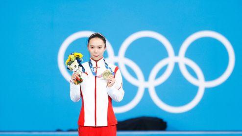 Zlato je ze stříbra? Čínská gymnastka reklamuje svou olympijskou medaili