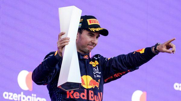 Hamilton ani Verstappen nebodovali. V bláznivém Baku vyhrál Pérez