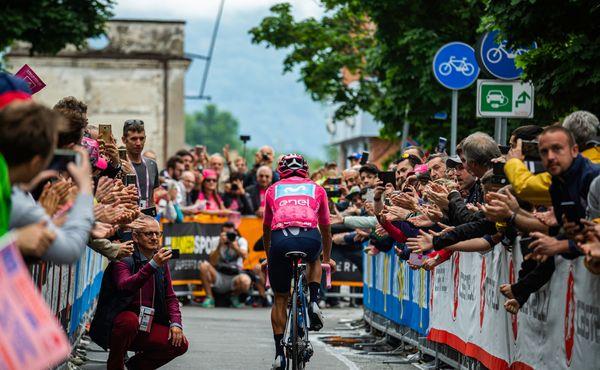 Hurá, Giro zmoudřelo! Cyklisté můžou házet bidony fanouškům