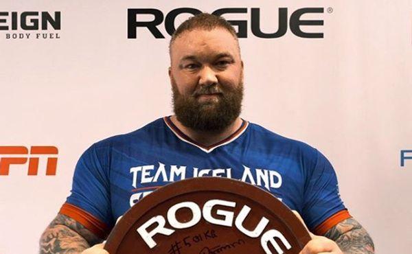 Thor Björnsson pomáhá charitě: Do tomboly dal dvě závaží z činky, kterou trhal rekordy