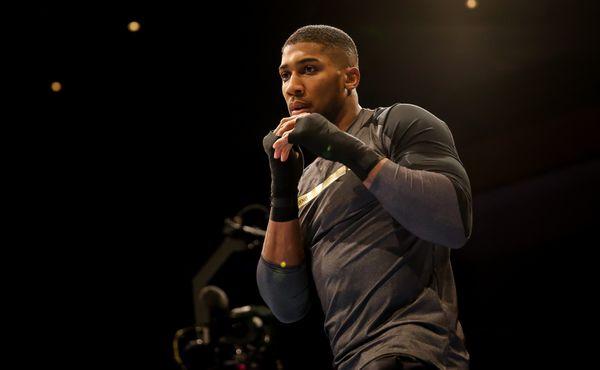 Joshua s Pulevem budou boxovat v Londýně. S diváky i bez nich