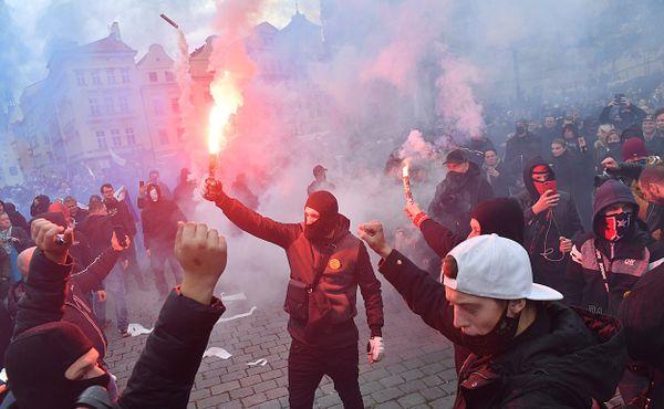 Hooligans dostáli svojí pověsti. Žádná pokojná demonstrace, ale tupé násilí