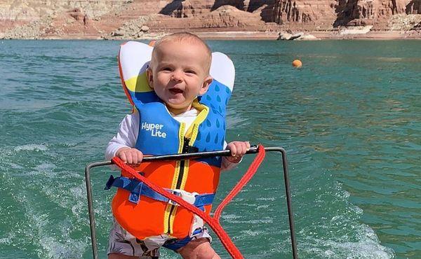 Kojenec na vodních lyžích. Pro jedny nezodpovědnost, pro jiné skvělá výchova