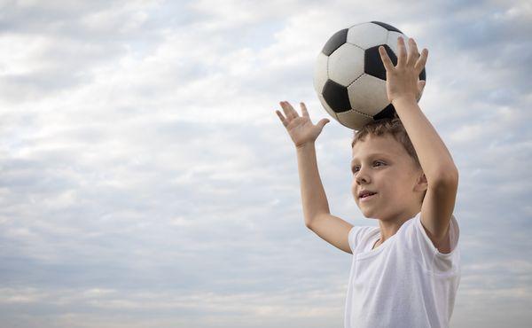 Revoluce v hlavičkování. Malí fotbalisté Ajaxu ho budou trénovat s pěnovými míči
