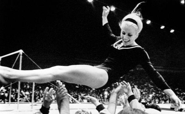 Věra Čáslavská gymnastku Bosákovou obdivovala. Ta na ni na oplátku donášela StB